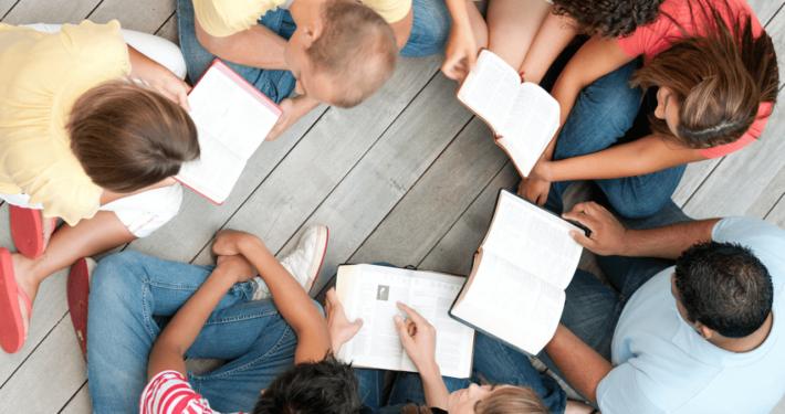 Gruppo che studia la bibbia